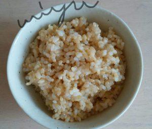 お茶碗に入った玄米