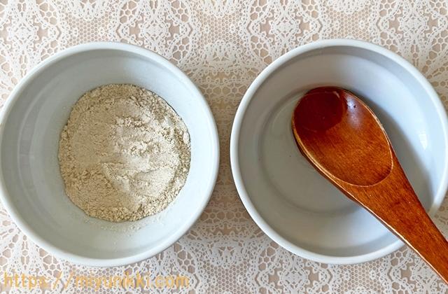 米ぬかパックに水を入れる
