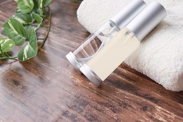 スキンケアのイメージ・化粧水ボトルとタオル
