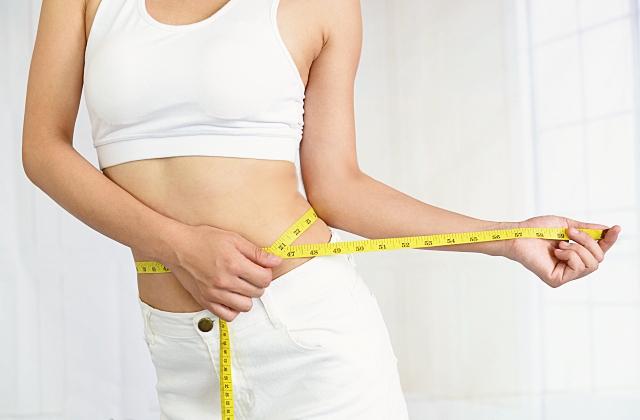 ダイエットのイメージ・腹囲を測る女性