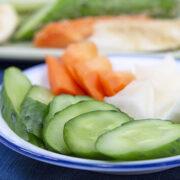 お皿に盛った野菜のぬか漬け