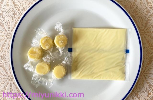 お皿に乗せた一口チーズとスライスチーズ